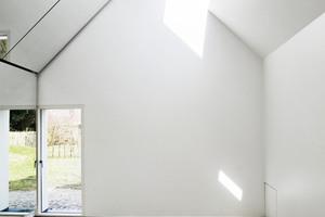 Im Inneren des Ateliers verwandeln großflächige Spiegel den Raum in eine Art großformatige Camera obscura. Das Zusammenspiel von Tageslicht und reflektierenden Oberflächen verändert den 25 m² großen Raum je nach Lichteinfall<br />