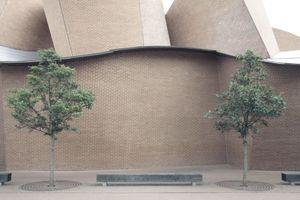 """MARTa, Herford, Fassadendetail. Kunst, so Jan Hoet im Gespräch, werde am intensivsten mitten im Herzen der """"unverstopften Peripherie"""" aufgenommen. In Herford also?!"""