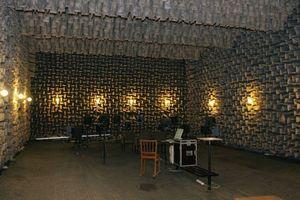 Reflexionsarmer Raum (Freifeldraum) der TU Dresden - die Obeflächen sind unter Umständen perforiert