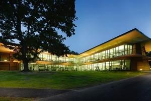 """<div class=""""13.6 Bildunterschrift"""">Wie leicht und filigran das Bürogebäude wirkt, kommt besonders schön Nachts mit Beleuchtung zur Wirkung</div>"""