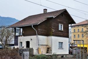 In Vorarlberg gibt es ca. 20 Bahnwärterhäuser, die alle gleich aussehen: im Erdgeschoss verputzt, oben Holzverschalung und ein Satteldach mit Überstand. Schon damals gab es eine Art Handlungsanweisung, auf lokale Gegebenheiten zu reagieren und sich in Formsprache und Farbgebung an die lokale Bauweise anzupassen. 1871 erbaut, war das Erscheinungsbild der Bahnwärterhäuser direkt an der Bahnlinie Lindau-Arlberg bis zum Verkauf 2012 relativ unberührt