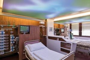 Die Gestaltung des Zimmers der Intensivstation erinnert an die Atmosphäre eines Hotelzimmers, um eine positiv besetzte Umgebung für die Patienten zu erzeugen
