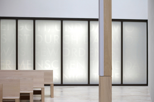 Aussenbezug zur Stadt: Das nördlich liegende Fenster (Künstler: Falk Haberkorn) interpretieren die Architekten als Schaufenster zur Stadt. Im Vordergrund eine der beiden Lautsprechersäulen