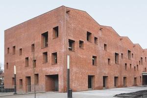 Das Gebäude besteht aus vier Elementen, jedes einzelne wurde mit einem anderen Material gebaut: die Außenwände aus Mauerwerk, das Dach aus Holz und die innenräumliche Struktur aus Beton