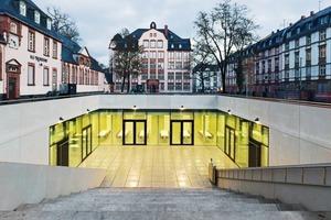 Eine großzügige Freitreppe mit Sitzstufen führt in den Lichthof der neuen Schulmensa in Franktfurt