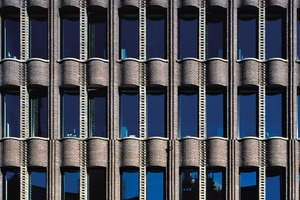 Im Bauzustand war es notwendig, dass die Pilaster einen Betonkern erhielten, an dem die Fensterstürze mit ihren tiefen Auskragungen angeschlossen werden konnten, um auch hier gegen Kippen abzusichern. Bei den Fensterstürzen handelt es sich wie bei den Fensterbänken um Stahlbetonfertigteile, wobei in die Stürze Riemchen eingelegt wurden
