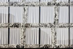 """""""Close-Cavity-Fassade"""" (CCF):Bei diesem System gibt es eineinnere und eine äußere Verglasung mit einem dazwischen liegenden, hier 24cm tiefen Hohlraum. Der Zwischenraum birgt den mechanischen Sonnenschutz – in diesem Fall ein aluminiumbedampfter Vorhang"""
