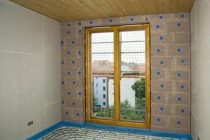 Das kapillare Innenwandsystem besteht aus Lehm-Kork-Platten, die mit Tellerdübeln verschraubt werden<br />