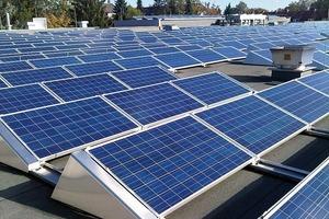 Gerade großflächige Dächer eignen sich hervor-ragend als Standort für Solaranlagen