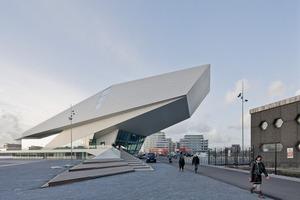 Die Arena öffnet sich mit einer breiten Glasfassade zur davorliegenden Terrasse und zur gegenüberliegenden Altstadt<br />