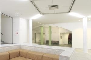 Ledergarnituren auf Natursteinbeplankten Konstruktionen (hinten Zugang zum Vortragssaal)<br />