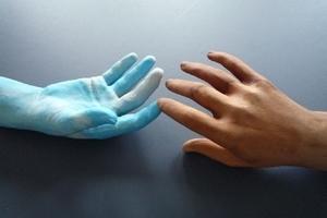 Holz- und Kunststoffhand zum Anfassen