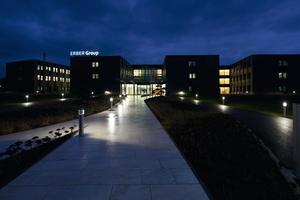 LAVIGO PULSE VTL Leuchten und das Lichtmanagementsystem PULSE VTL ergänzen das Tageslicht bei Bedarf. Die Intensität und Lichtfarbe des indirekt von der Leuchte erzeugten Lichts variieren hierfür zwischen tageslichtähnlichen 6 500 K am Morgen zum Aktivieren und warmweißen 3 000 K für eine gemütlichere Atmosphäre am Abend. Dieser Ablauf kommt natürlichem Licht am nächsten. Für den bestmöglichen visuellen Komfort ist der Anteil des direkten, neutralen Arbeitslichts mit konstanten 4 000 K Farbtemperatur individuell einstellbar<br />