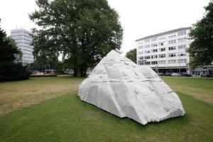 """""""Nietzsches Rock"""" von Justin Martherly auf einer Grünfläche an der Promenade. Im Hintergrund links das so genannte """"Iduna Hochhaus"""" von Friedrich Wilhelm Kraemer"""