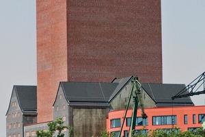 Blick vom Park: Der neue Speicherturm setzt sich mit feiner Reliefierung von der alten Klinkerstruktur ab
