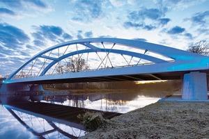 Ein Beleuchtungskonzept mit moderner LED-Technik und Farbsteuerung rückt die Brücke am Abend in wechselnde Lichtfarben