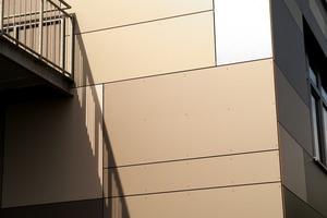 Für eine Schule nicht unwichtig: Die Fassadenplatten sind Vandalismus resistent. Die unterschiedlichen Plattengrößen und -farben bringen zudem den Vorteil mit sich, dass selbst nach Jahren ein eventueller Austausch einzelner Platten nicht auffallen wird.