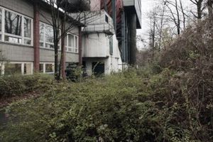 Umlauftank mit Institutsgebäuden