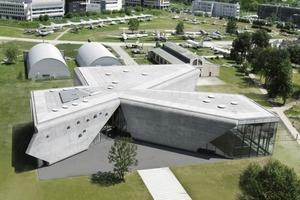 Aus der Vogelperspektive sind die drei schiefwinkligen Bereiche des Luftfahrtmuseums gut zu erkennen, in denen Ausstellung, Konferenzraum und Büros untergebracht sind<br />