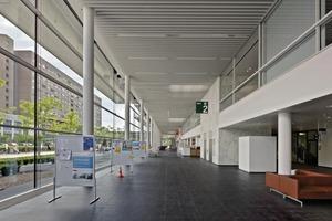 Das Gebäude wird erschlossen über eine lang gestreckte Eingangshalle. Hier befinden sich die Stationsaufzüge