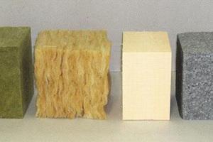 Vergleich der Dämmstoffdicke, von links nach rechts:<br />Steinwolle, Glaswolle, Polystyrol-Extruderschaumstoff (XPS),<br />expandierbares Polystyrol (EPS), Vakuumisolierpaneel<br />