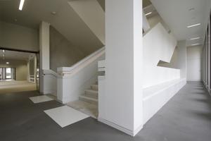 Steigen oder doch erst ausruhen? Sitzbänke in den Treppenräumen mit Draußenausblick