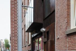 Der Eingang mit in den Straßenraum zurück versetztem Fassadenausschnitt<br />