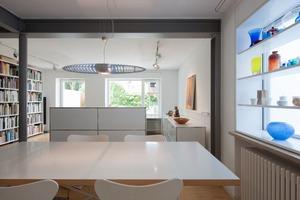 Das Erdgeschoss wurde zu einem großen Raumkontinuum aus Garderobe, Küche, Essplatz und Wohnbereich neu organisiert. Die entfernten Wände wurden durch eine neue Tragstruktur aus Stahlprofilen ersetzt