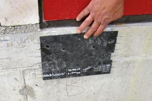 Abb. 1: Nachdem die richtige Position für den Anschluss ermittelt wurde, werden die Bohrlöcher mithilfe einer Schablone angezeichnet