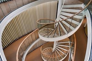 Eine der organisch geformten Treppenhausanlagen, die als Tageslichtdiffusor wirken