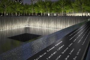 Die Namen der Opfer von 9 / 11 sind in die Brüstung der beiden Bassins eingeprägt<br />