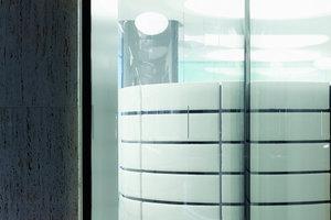 Die teils kurvige Fassade des Gebäudes korrespondiert mit dem dynamischen Deckenbild im Inneren