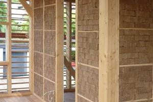 Die für dieses Haus neu entwickelte mit Lehm und Faserdämmstoffen ausgefachte Holzkonstruktion ist beispielhaft rückbaubar, veränderbar und reparaturfähig. Alle Holzverbindungen sind lösbar verschraubt, Innenwände mit trocken, ohne Mörtel eingestapelten Lehmsteinen ausgefacht, Beplankungen sind demontierbar