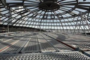 Kuppeldecke aus Glas. Draußen die Doppelspitze des Kölner Doms über dem Drempel.