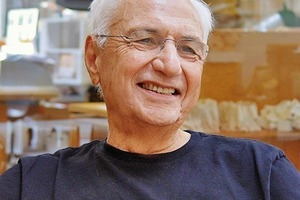 """<div class=""""fliesstext_vita""""><strong>Frank Gehry</strong></div><div class=""""fliesstext_vita""""></div><div class=""""fliesstext_vita"""">1929geboren in Toronto, Ontario/USA</div><div class=""""fliesstext_vita"""">1989Pritzker-Preis für Architektur</div><div class=""""fliesstext_vita"""">Bis 1954Architekturstudium an der University</div><div class=""""fliesstext_vita"""">of Southern California, LA/USA</div><div class=""""fliesstext_vita"""">Zweitstudium für Stadtplanung an der</div><div class=""""fliesstext_vita"""">Harvard Graduate School of Design</div><div class=""""fliesstext_vita"""">Seit 1962Eigenes Architekturbüro in </div><div class=""""fliesstext_vita"""">LA/USA-Gehry Partners LLP</div><div class=""""fliesstext_vita""""></div><div class=""""fliesstext_vita"""">Zu Beginn seiner Karriere entwarf Frank Gehry </div><div class=""""fliesstext_vita"""">eher konventionelle Gebäude, ab 1970 entwickelte</div><div class=""""fliesstext_vita"""">er seine für ihn typische Architektursprache.</div><div class=""""fliesstext_vita"""">Seine Arbeiten wurden vielfach ausgezeichnet.</div>"""