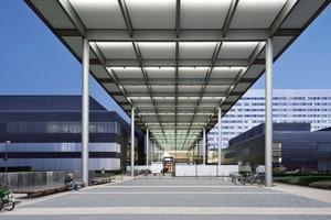 Das Vordach verbindet den Zentral- mit dem Erweiterungsbau und markiert die transparente Eingangshalle