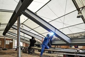 Die Montageteile werden auf der Baustelle mittels Kopfplattenstößen und HV-Schrauben zu einem biege-und torsionssteifen Tragwerk verbunden. Die Montageöffnungen werden luftdicht verschweißt