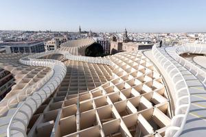 Dachlandschaft mit Laufsteg über Grategrid, am Horizont die Giralda der Kathedrale