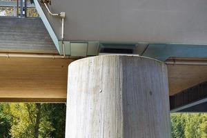 Die einhüftigen Stahlbetonrahmen der Vorlandbrücken lagern auf den Pfeilern zwischen den Bogenscheiben auf