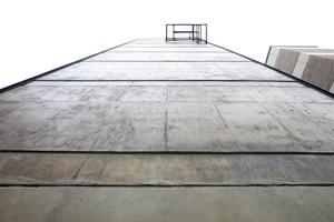 Blick über die Nordfassade des Bestandsriegels himmelwärts ... Fluchtbalkon ohne Treppe?!
