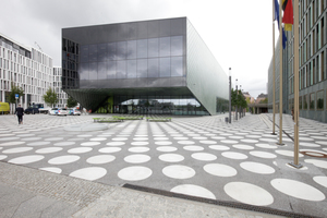 Der Platz vor dem Haupteingang ist mit runden Punkten und ebensolchen Sitzmöbeln belegt