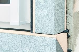 In die fertig montierte Fenstermontagezarge kann das Fenster wie gewohnt eingesetzt werden. Ein multifunktionales Fugenabdichtungsband sorgt für eine sichere Montage