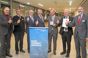 Thomas Schmid (4.v.l.), Hauptgeschäftsführer des Bayerischen Bauindustrieverband e.V. und Prof. Dr. Wolfgang Baier (3.v.r.), Präsident der OTH Regensburg