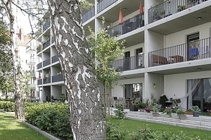 Auf der Gartenseite (Westen) wurde ein Balkonregal vorgestellt. Das erweitert die Wohnfläche, wirkt vermittelnd (nach Draußen, zum Nachbarn) und hat Sonnenschutzfunktion