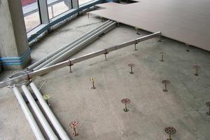 Flächen für Büro, Verwaltung, Kommunikation werden meist in Form von Hohlböden ausgeführt. Für die Tragschicht wird nach Auflage einer abdichtenden Folie in der Regel ein Anhydrit-Fließestrich verwendet<br />