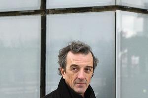 """<div class=""""fliesstext_vita""""><strong>CV Rafael de La-Hoz Castanys</strong></div><div class=""""fliesstext_vita""""></div><div class=""""fliesstext_vita"""">Rafael de La-Hoz Castanys wurde 1955 in Córdoba geboren. Er absolvierte ein Studium an der Technischen Hochschule für Architektur in Madrid. Danach machte er den MDI Master an der Polytechnischen Universität von Madrid. Er gründete sein eigenes Architekturbüro, mit dem er internationale Stadtplanungs- und Architekturprojekte realisiert. Daneben ist er Gastprofessor an der Universidad Internacional de Cataluña, Barcelona. </div>"""