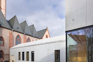 Das Satteldachhaus, in Anlehnung an das ehemalige küsterhaus nimmt die Räume für die Pfarrgemeinde St. Stephan auf