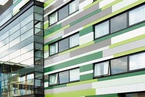 Die horizontalen Linien werden durch die liegende Verarbeitung der gestreckten Ziegelelemente der Moeding Keramikfassaden GmbH betont. Der wilde Verband im Zusammenhang mit dem eigenwilligen, grün dominierten Farbspektrum der Glasuren gibt dem Gästehaus einen hohen Wiedererkennungswert