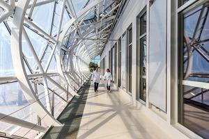 Der dem Komplex vorgelagerte Erschließungsweg liegt hinter einem Screen aus ETFE-Folie