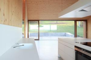 Alle Böden sind als Doppelböden ausgeführt, so können jederzeit weitere Installationen vorgenommen werden. Ein umlaufender Installationsschacht bündelt die Haustechnik